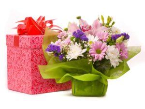подарок с цветами