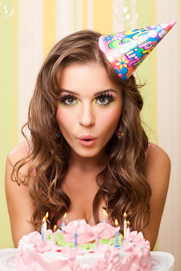 С днем рождения девушка с тортами