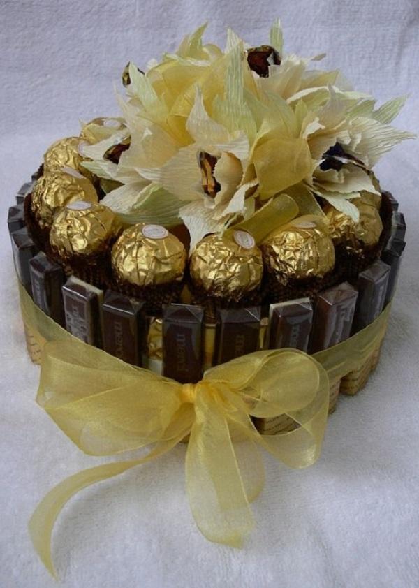 Простой подарок из конфет своими руками для женщин 24